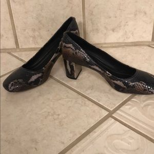 Donald Pliner size 7.5 Corin4 Painted Snake Pump